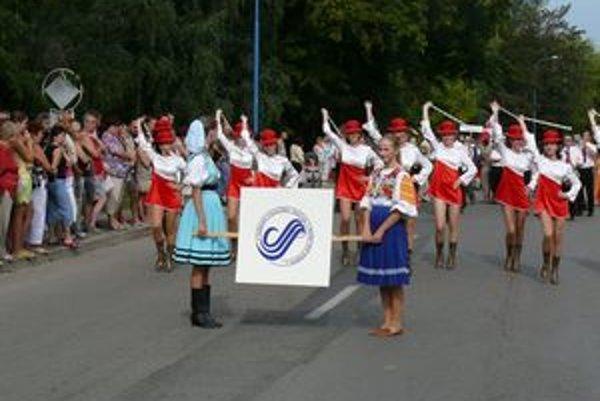 Súčasťou festivalu je aj sprievod účinkujúcich cez mesto.