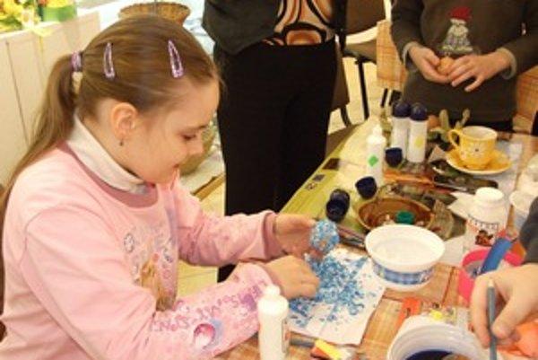 Na tvorivých dielňach v hrádockom Národopisnom múzeu zaujala deti aj technika zdobenia kraslíc rozbitými a zafarbenými vaječnými škrupinami.