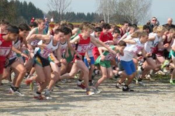 Skoro tristo bežcov z takmer tridsiatich krajín sveta súťažilo na Študentských majstrovstvách sveta v cezpoľnom behu.