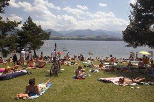 Obec nechce, aby pri Liptovskej Mare turisti kempovali a stanovali načierno. Autokemping preto otvorili.