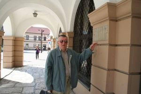Ferdinand Uličný ukazuje na miesto, kde ešte donedávna bola tabuľa oznamujúca, že v tejto budove súdili Jánošíka. Bol to prvý mikulášsky stoličný, čiže župný dom, v súčasnosti je v ňom Múzeum Janka Kráľa.