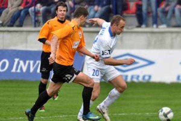 Pavol Masaryk (vpravo) zo Slovana uniká Milomirovi Sivčevičovi.