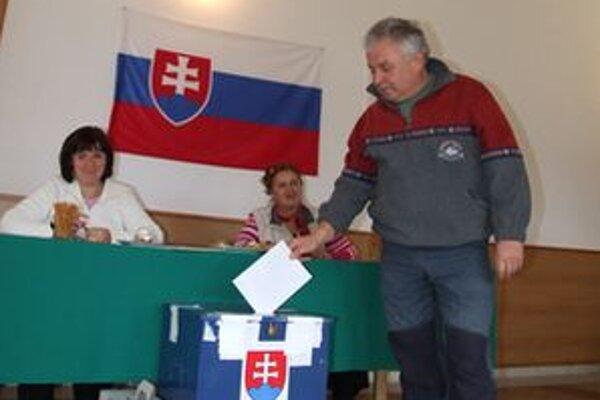 K volebným urnám prišlo 56 percent z 511 oprávnených voličov, 16 hlasov bolo neplatných.