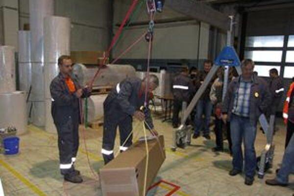 Zamestnanci si v skladovej hale v simulovaných situáciách vyskúšali, aké nebezpečné môže byť podceňovať bezpečné správanie sa na pracovisku.
