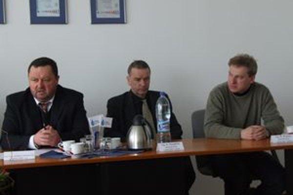 Zľava riaditeľ ružomberskej Vodárenskej spoločnosti Jaroslav Demko a starostovia Albín Husarčík a Róbert Kuzma.