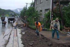 Ľudia z Podturne budú môcť chodiť po novom štyristometrovom chodníku.