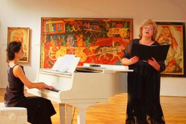 Erika Šporerová (vpravo) a Jordánka Palovičová - Kovačeva v Galérii Ľudovíta Fullu.