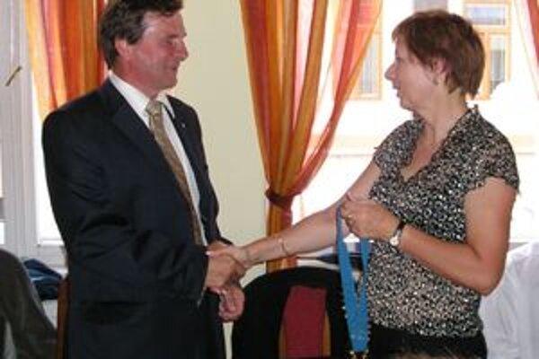 Prezidentku liptovského Rotary klubu Annu Ševčíkovú na prezidentskom poste Rotary klubu v Liptovskom Mikuláši vymenil v rámci pravidelného striedania Ján Šlauka.