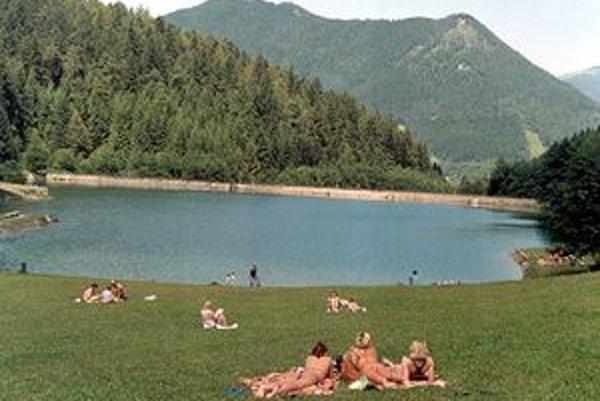 Hoci nie je Hrabovo  oficiálnym prírodným kúpaliskom, ľudia sa tam kúpu.