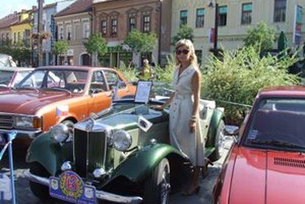 Staré autá na mikulášskom námestí pútali veľkú pozornosť aj vlani.