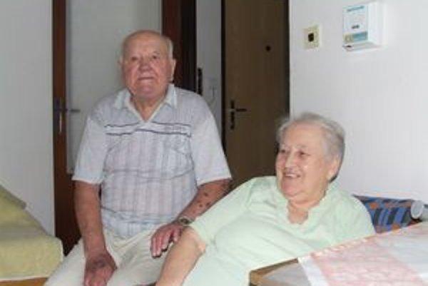 Michal Dzuriak s manželkou sú spolu šesťdesiat rokov a posledné roky v mikulášskom Domove dôchodcov si pochvaľujú.