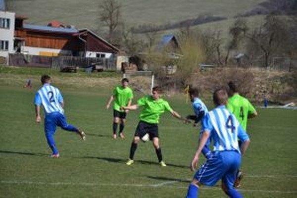 Dorastenci Brvnišťa (v zelenom - na snímke so Šaľou) zdolali doma béčko Dun. Stredy.