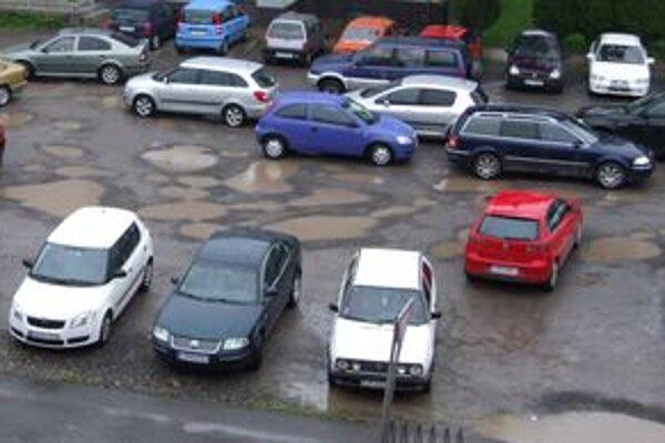 Pred Centrom voľného času je už viac miesta na parkovanie aj pre návštevníkov centra aj pre obyvateľov bytovky oproti.