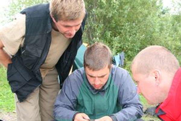 Určovanie druhu, veku a pohlavia odchyteného vtáka. Na fotografii zprava Tomáš Flajs, Matúš Gonšor a Martin Špilák.