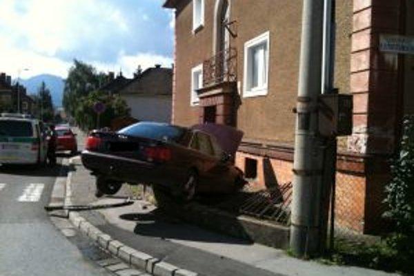 Takto skončilo auto, ktorého vodič nezvládol riadenie.