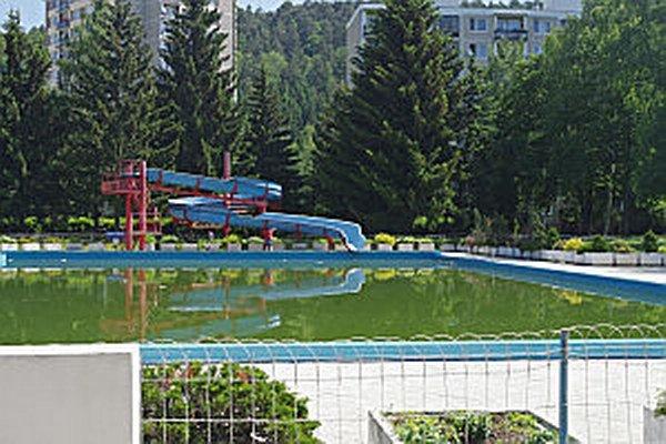 Pred týždňom bola vo veľkom bazéne ešte voda, ktorá musí byť napustená aj vzime. Kedy ho pripravia na letnú sezónu závisí od rekonštrokčných prác v meste.