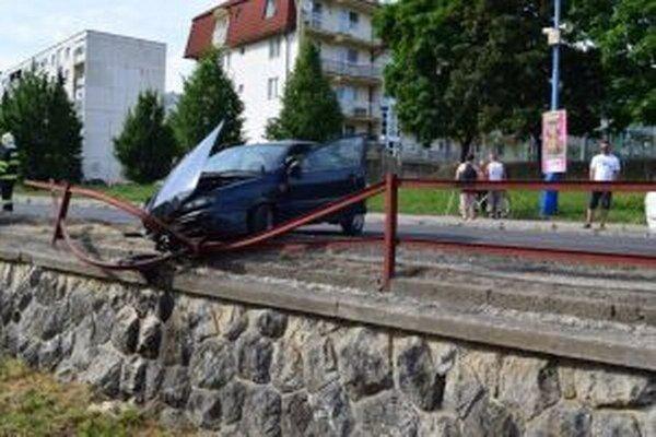 Auto zostalo visieť nad potokom.