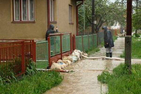 Pri májovej povodni zatopila voda v Liskovej viac ako sto pivníc, dvorov a záhrad rodinných domov.