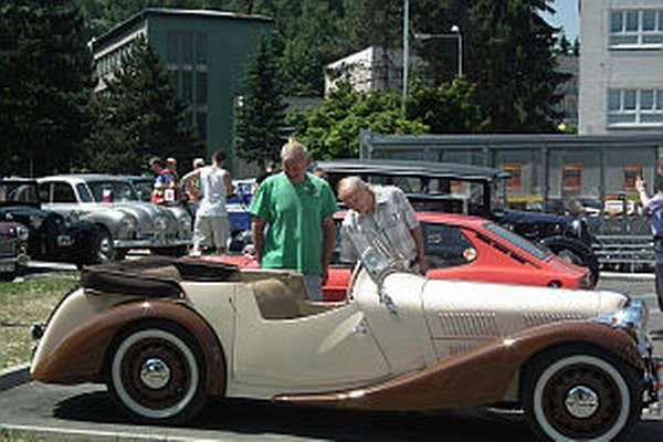 Príležitosť pozrieť si historické vozidla prilákala veľa Považskobystričanov.