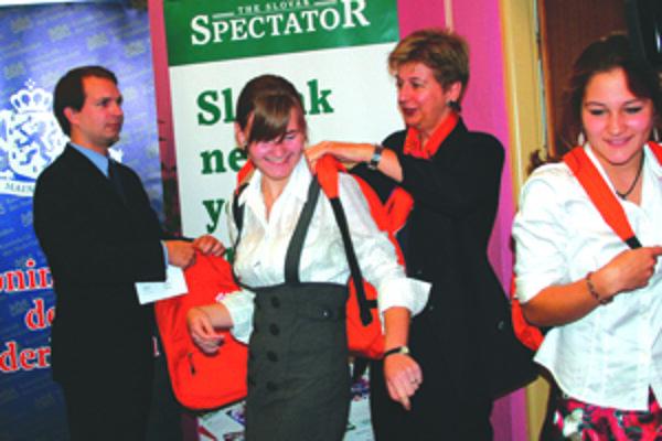 Veľvyslankyňa si prečítala eseje gymnazistov, pätnásť najlepších autorov odmenila oranžovými batohmi.