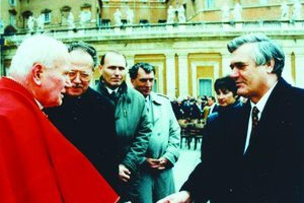 """Arpád Tarnóczy  (vpravo) s pápežom Jánom Pavlom II. Vo Vatikáne sa s ním stretol viackrát.  """"Mal som ho veľmi rád a každý deň sa k nemu modlím,"""" povedal A. Tarnóczy."""
