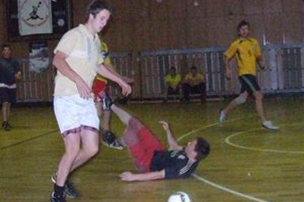 Na futbalovom turnaji sa stretlo takmer osemdesiat hráčov rozdelených do deviatich mužstiev.