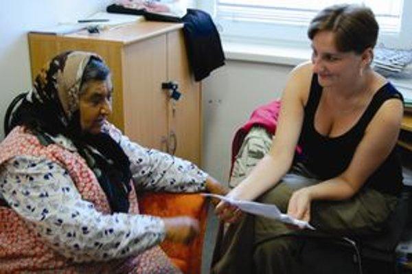 Viera Kočtúchová (vpravo) denne pracuje s klientmi komunitného centra. Poradila aj tete, ktorá sa prišla poradiť o splátkovom kalendári.