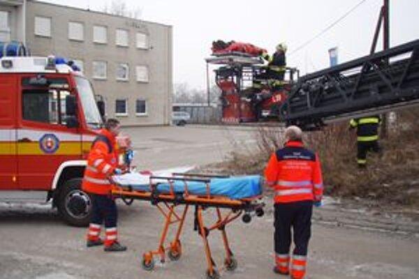Hasiči zraneného pre podozrenie z poranenia chrbtice zafixovali pomocou nafukovacej dlahy a z budovy ho zložili pomocou výškovej techniky.