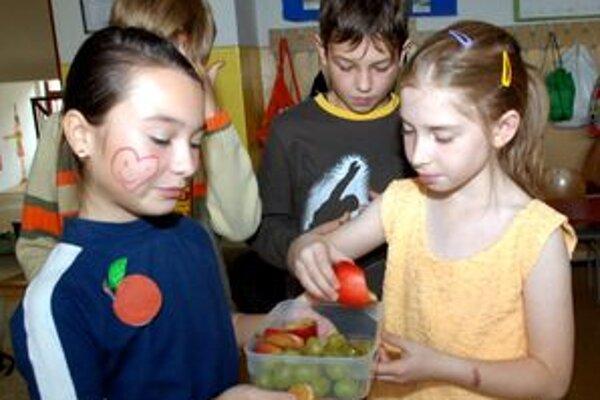 Zaujímavé je, že tlak na školy nevytvárajú ani rodičia, aby európske peniaze, ktoré boli vyčlenené pre najmenších v rámci projektu Školské ovocie, nevyšli úplne nazmar. Navyše, ich deti by si mohli kúpiť, napríklad, jablko za pár centov.