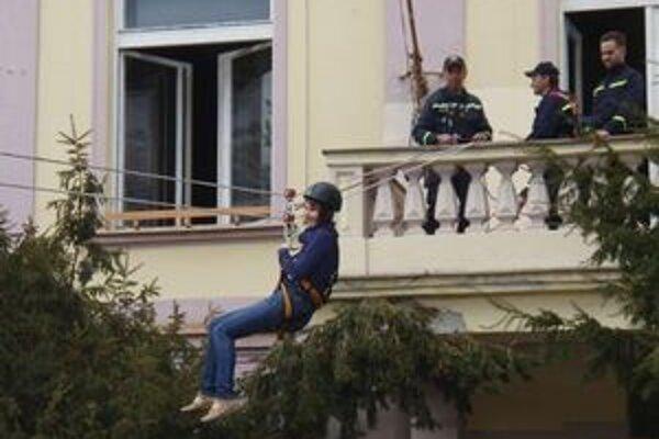 Hasiči na Námestí Osloboditeľov v Liptovskom Mikuláši previedli ukážku evakuácie ľudí z horiaceho domu pomocou výškovej horolezeckej techniky.