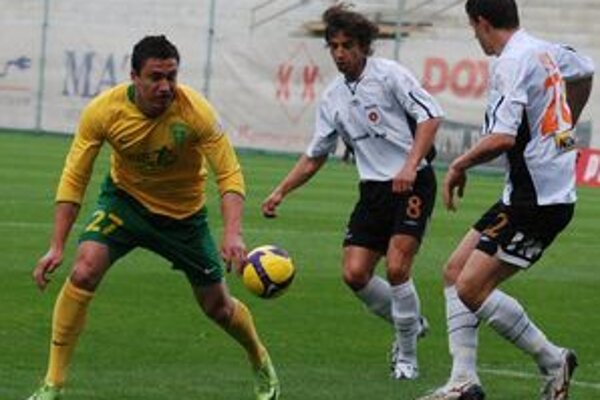 Domáci strelec prvého gólu Admir Vladavič (vľavo) robil starosti obrancom hostí Tomášovi Sedlákovi (číslo 8) a Matejovi Sivovi.