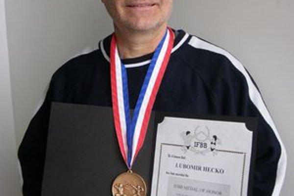 Úspešný tréner Ľubomír Hečko s medailou.