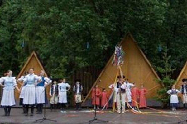 Pod Likavským hradom bude spievať a tancovať šestnásť detských folklórnych súborov z celého Slovenska.