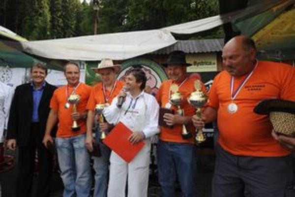 Všetci sú čistokrvní Belani. Sprava s pohármi Karol Janovec, Jano Konderik, Jozef Kolovič a Marek  Janovec.