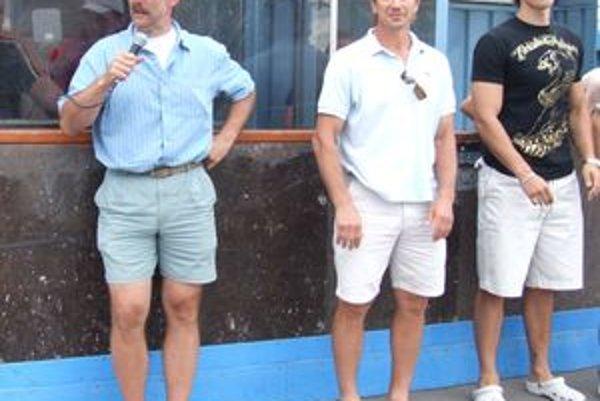 Milan Jurčina (vpravo) v spoločnosti hokejových majstrov sveta Petra Bondru a Jerguša Baču.