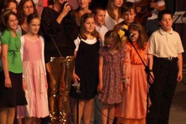 Sisa Sklovská  spievala na koncerte s deťmi zo Základnej umeleckej školy v Liptovskom Hrádku.