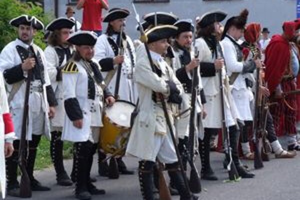 Vo Vavrišove sa predstavili desiatky bojovníkov so zbraňami.