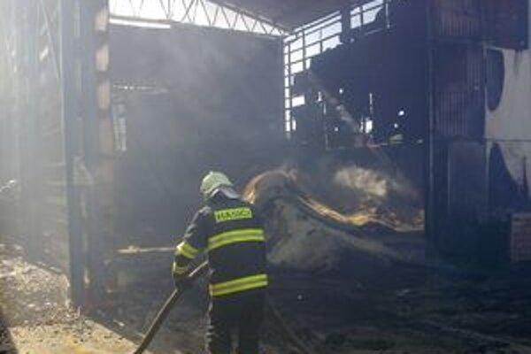 Pri rozsiahlom požiari museli zasahovať hasiči z troch útvarov.