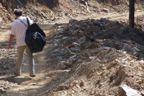 Kalový odpad z ružomberských papierní vozili do Kľačianskej doliny. Použili ho pri pri výstavbe lesnej protipožiarnej cesty.