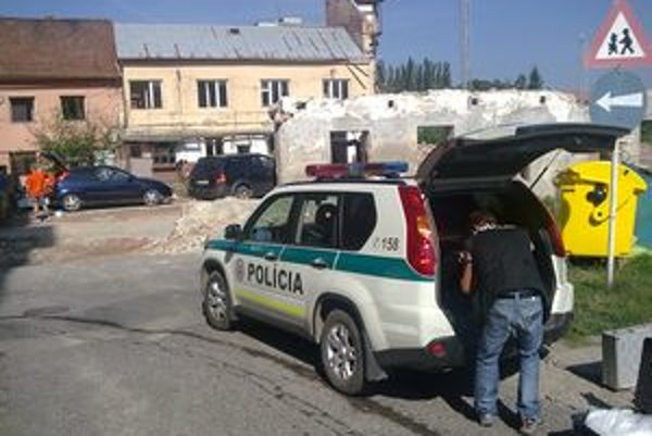 Susedia dnes v okolí domu videli okrem záchranky aj policajné auto.