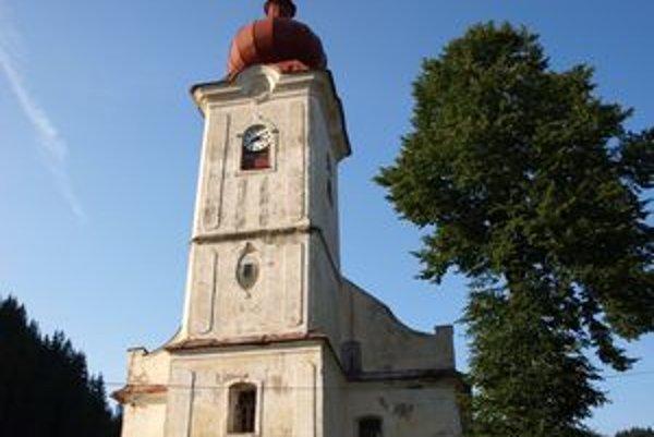 Opadaná fasáda a splesnivené steny vyšnobocký kostol nectia.