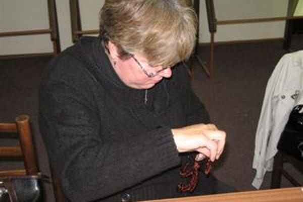 Pedagógovia sa učili  zhotovovať z drôtu šperky a dekoračné predmety. Budú to učiť deti.