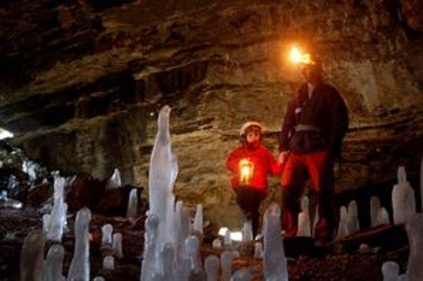Vstupnú časť Malej Stanišovskej jaskyne zdobia v zime ľadové stĺpy.