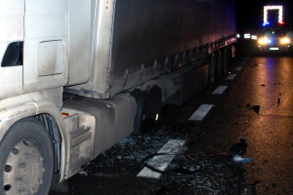Kamiónu počas jazdy na diaľnici odpadlo jedno z kolies.