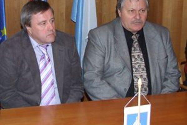 Vladimír Rusnák starší (vľavo) a Ľubomír Páleník pred podpisom zmluvy.