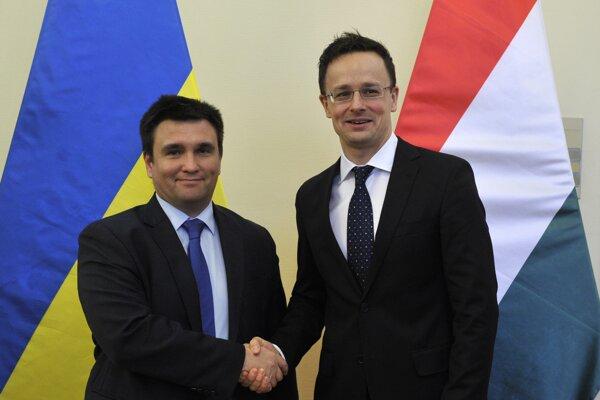 Klimkin (vľavo) na svojom stretnutí s maďarským ministrom zahraničných vecí Szijjártom.