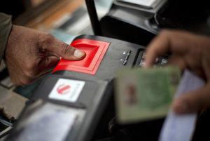 RKN Global Europe chce v Bystrici vyrábať aj biometrické osobné doklady. Na snímke snímanie odtlačkov prstov pri kontrole pravosti dokladov na hraničnom priechode.
