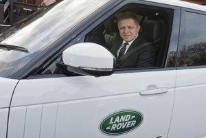Premiér Robert Fico (Smer) počas návštevy v závode automobilky Jaguar Land Rover v britskom meste Solihull.