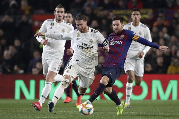 Sergio Ramos (vľavo) v súboji s Lionelom Messim.