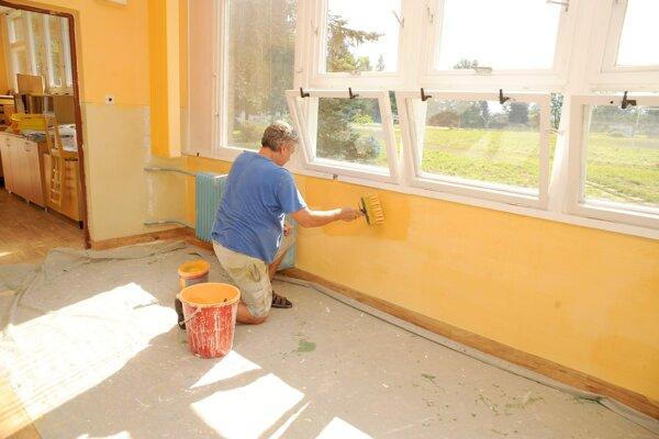 Maľovanie patrí k tradičným prácam v školách cez letné prázdniny.